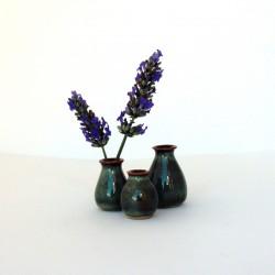 Ensemble de trois mini-vases, émail brun vert