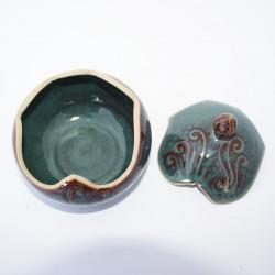 """Grande boîte boule gravée avec bouton """"olive"""" décoré, émail brun bleuté"""