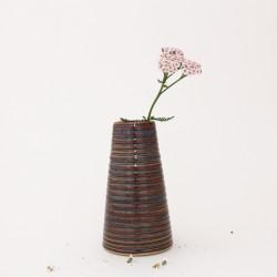 Vase conique au corps rainuré