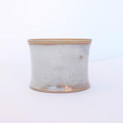 Beurrier à eau cintré avec trous, blanc sable